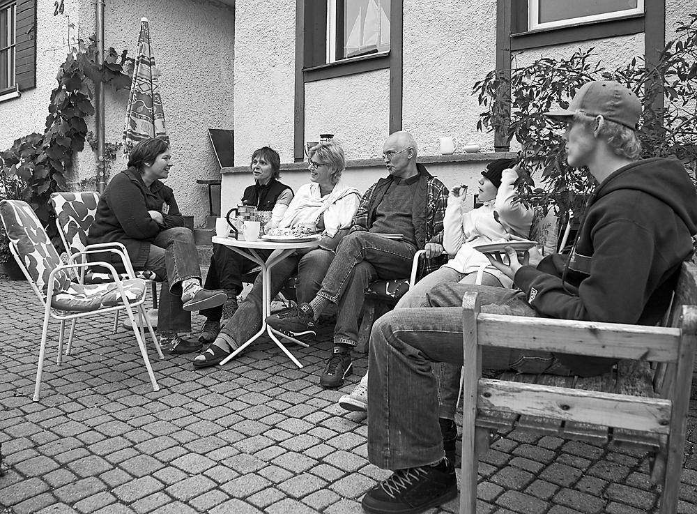 Stefanie L. privat mit Partnerin und Nachbarn beim Kaffeeplausch vor dem Haus