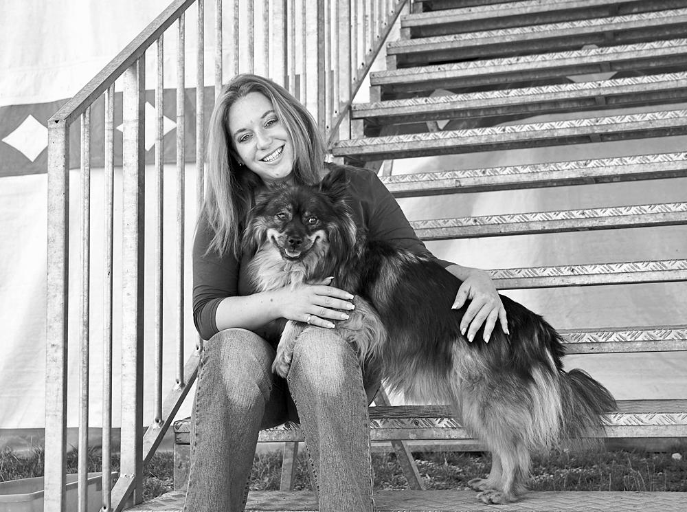 Rebecca Simoneit-Barum privat mit ihrem Hund