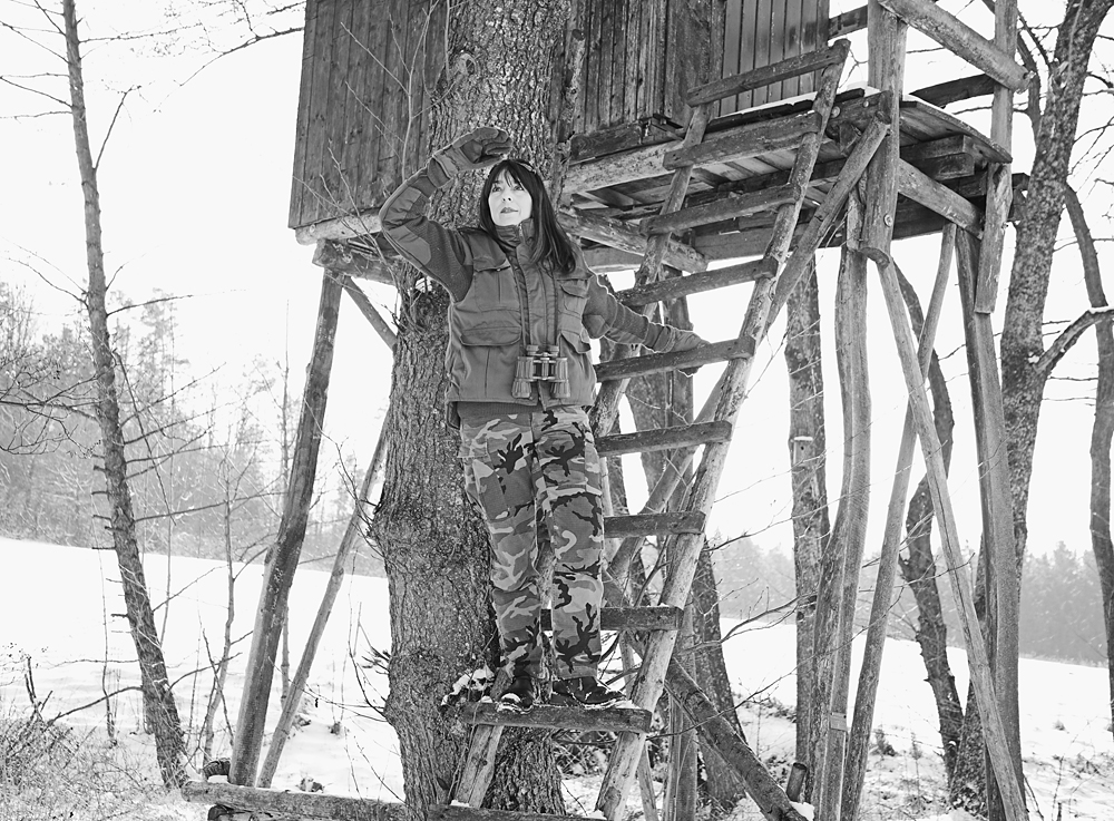 Iris Trevisan privat am Hochsitz in einem Jagdrevier