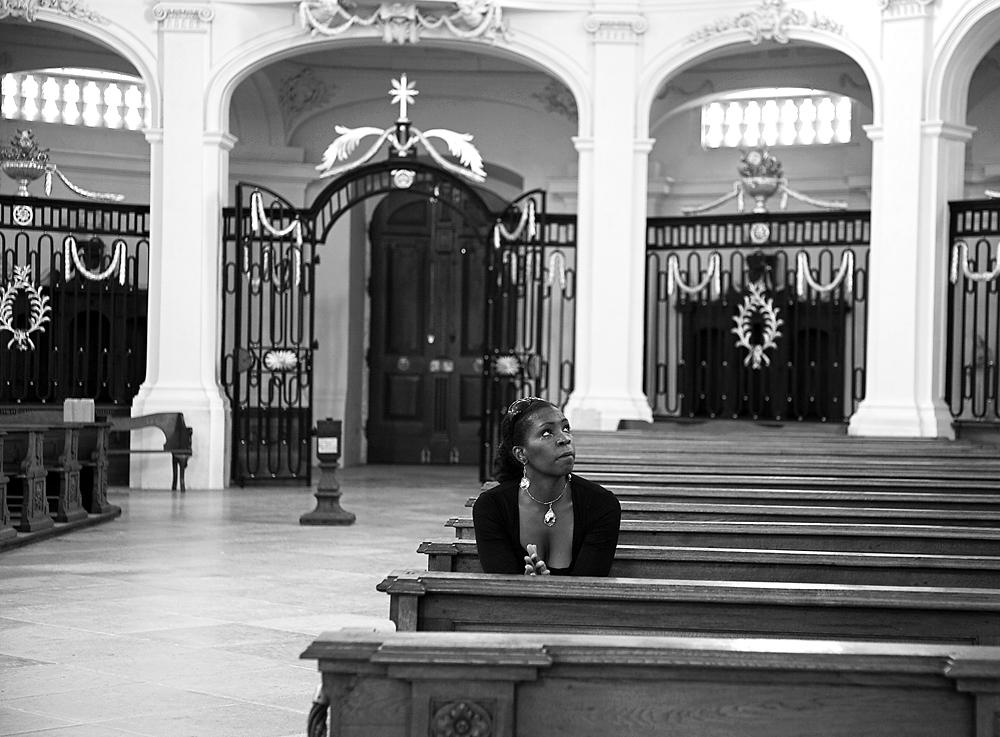 Wendy Waller privat beim Gebet in der Klosterkirche Neresheim