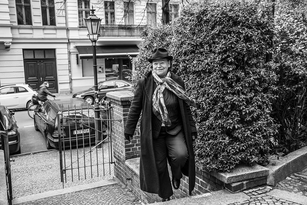 Ursula Werner privat auf der Treppe vor der Gethsemanekirche in Berlin