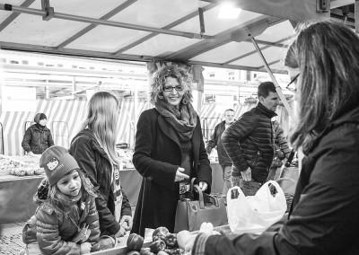 Privat mit ihren Töchtern auf dem Markt
