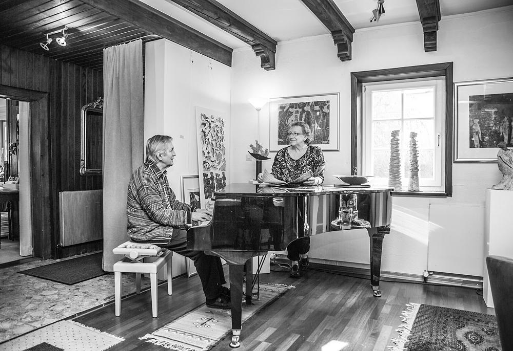 Privat hört Petra Z. ihrem Partner beim Klavierspielen zu