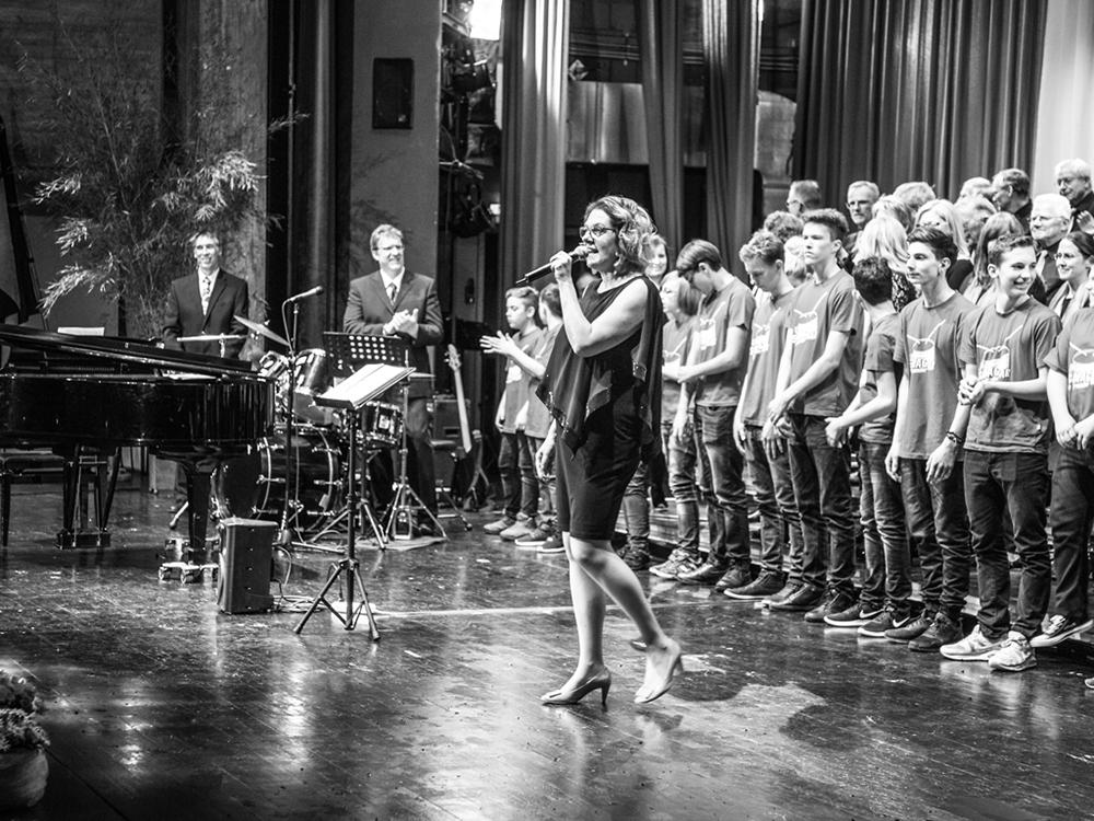 Jutta D. moderiert privat eine Veranstaltung des Kolpingchores
