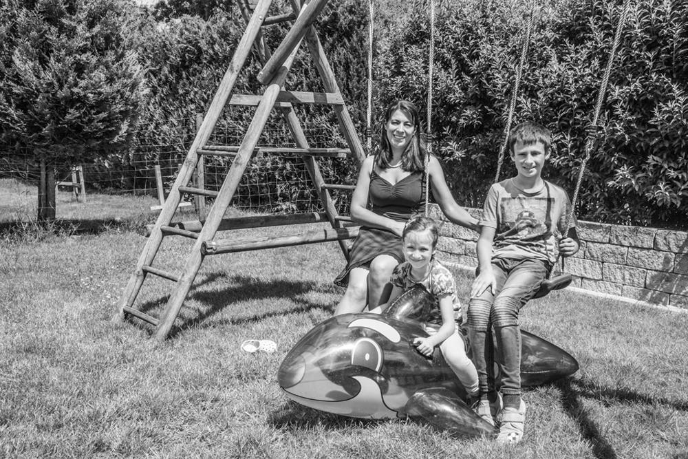 Rahel M. privat mit ihren Kindern im Garten