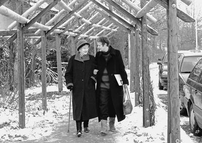 Privat beim Spaziergang mit ihrer 90-jährigen Mutter