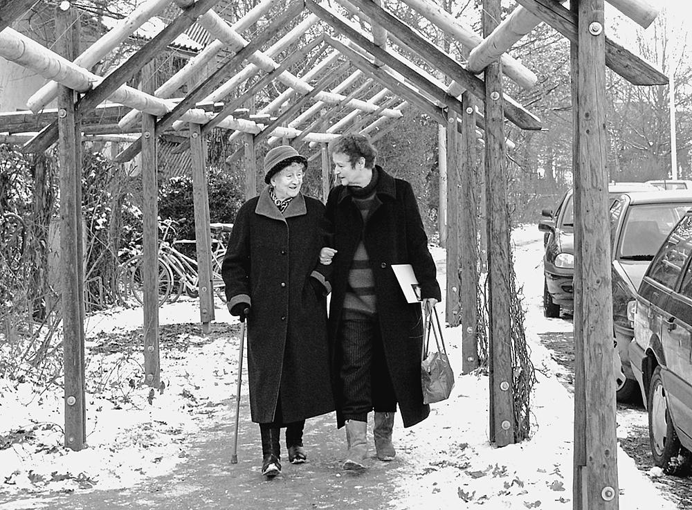 Prof.Dr.Herta Däubler-Gmelin, MdB, Bundesminiterin a.D. Privat beim Spaziergang mit ihrer 90-jährigen Mutter