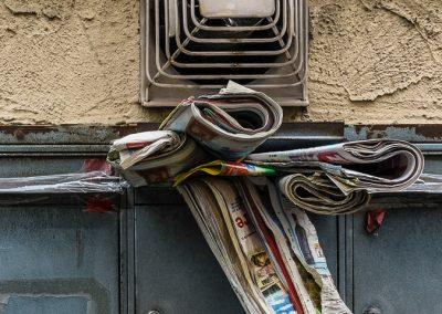 Briefkasten mit nassen Zeitungen