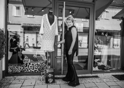 Karin G. privat beim schließen ihrer Ladentüre
