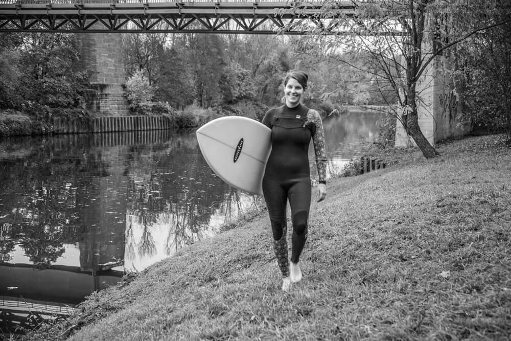 Lena S. privat mit dem Surfbrett am Neckar