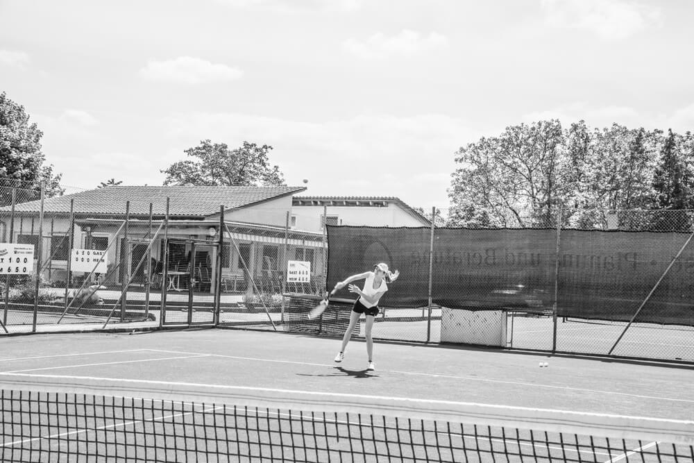 Mona G. spielt privat wettkampfmäßig Tennis